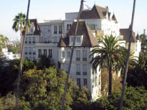 Scientologické Celebrity centrum v Los Angeles - prominentní sedmi poschoďová replika francouzsko-normandského zámku ze 17. století.