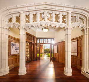 Ozdobné kamenné prvky - Historická budova ve které nyní Scientologická církev na Novém Zélandu v městě Aucklad