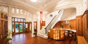 Rekonstrukci historické budovy Scientologická cívkev prováděla ve spolupráci s místními architekty a restaurátory.